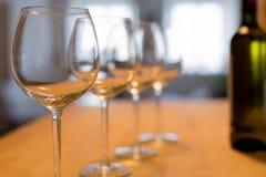 Een vertrouwelijke wijn die bij een wijnmakerij met een fles witte wijn proeven Stock Foto