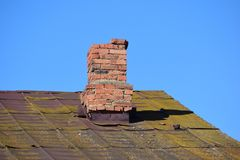 Een verwarmingspijp is op een oud dak stock afbeeldingen