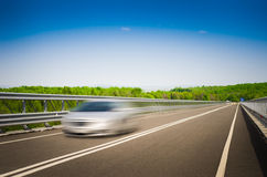 Een verzendende auto op een autosnelweg Stock Afbeelding