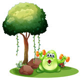 Een vet monster met barbell die dichtbij boom uitoefenen Stock Foto