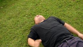 Een vette kale hoofd Aziatische Thaise mens handelt zich kronkelt als een uitgegraven grondkind die beslagleggingen met boos agre stock videobeelden