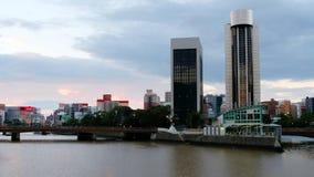 Een video van centraal Fukuoka, Japan, met een mening van de Naka-rivier stock footage