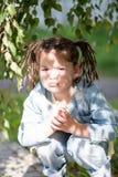 Een vier-jaar-oud meisje met vlechten in een matroos en een geel Royalty-vrije Stock Afbeelding