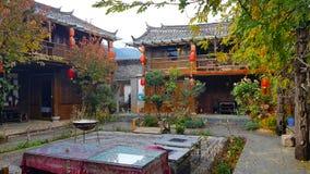 Een vierkant in de oude stad van Baisha, Lijiang, Yunnan, China stock foto's