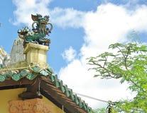 Een Vietnamees eenhoornstandbeeld op het juiste hoekdak van een tempel Stock Fotografie