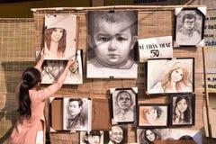 Een Vietnamese dame koopt portret in Ho Chi Minh City stock afbeeldingen