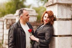 Een vijftig-jaar-oude mens bekijkt passionately zijn vrouw Gelukkig paar op middelbare leeftijd in de zomer royalty-vrije stock fotografie