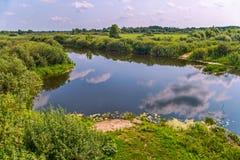 Een vijver met duidelijk water, zoals een tweede hemel ter wereld Blauw met witte wolken royalty-vrije stock foto's
