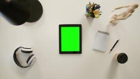 Een Vinger die binnen op Groene Touchscreen zoemen stock footage
