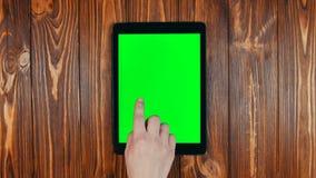 Een Vinger jat op een Tablet het Groene Scherm Jat Juist Gebaar stock videobeelden