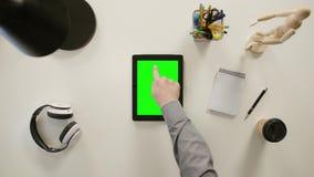 Een Vinger wat betreft het Groen Scherm van iPad stock videobeelden