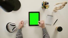 Een Vinger wat betreft het Groen Scherm van iPad stock video