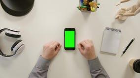 Een Vinger wat betreft het Groen Scherm van Smartphone stock video