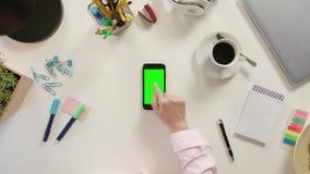 Een Vinger wat betreft Smartphone met het Groen Scherm stock video