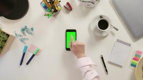 Een Vinger wat betreft Smartphone met het Groen Scherm stock footage