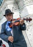 Een violist presteert in Helden` s Vierkant in Boedapest in Hongarije Stock Fotografie