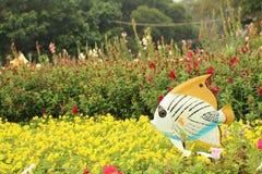 Een vis op het bloembed stock foto's