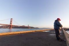 Een visser bij Torpedowerf stock afbeeldingen