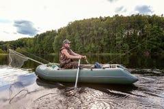 Een visser in een boot royalty-vrije stock fotografie