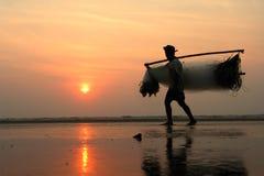 Een visser die tijdens zonsopgang gaan werken Royalty-vrije Stock Foto's