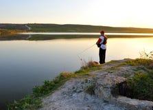 Een visser die zich op de meerkust bevindt Royalty-vrije Stock Foto's