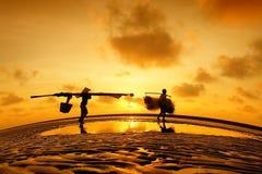 Een visser en vissters in mekong delta Stock Afbeeldingen