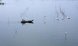 Een visser en zijn boot Stock Fotografie