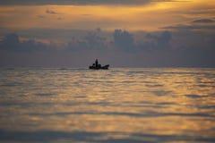 Een visser op de boot Royalty-vrije Stock Afbeeldingen