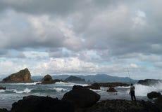 Een visser op de golfachtergrond Stock Foto