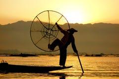 Een visser stelt bij zonsopgang, Inle-Meer, Myanmar stock afbeeldingen