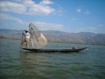 Een visser in zijn boot stock afbeelding