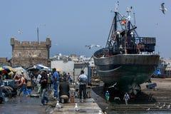 Een visserijtreiler zit in droogdok bij de bezige vissershaven van Essaouira in Marokko Stock Fotografie