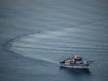 Een vissersboot die naar de kleine haven van Astypalaia bij su terugkeren royalty-vrije stock afbeeldingen