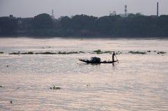 Een vissersboot die in rivier Ganga vaart Royalty-vrije Stock Afbeelding