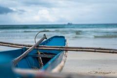 Een vissersboot die uit longingly het overzees bekijken Stock Foto