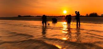Een vissersboot en een fotografie drie bij het strand het beeld zou kunnen Royalty-vrije Stock Fotografie