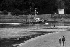 Een vissersboot gaat Teignmouth-haven Devon in stock foto
