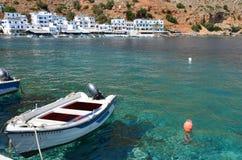 Een vissersboot in het kleine schilderachtige dorp van Loutro, Kreta Griekenland Stock Foto's