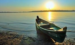 Een vissersboot op de kust Stock Foto