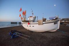 Een vissersboot van Hastings bij dageraad stock afbeelding