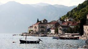 Een vissersbootrotsen op de golven Zonnige dag Montenegro de oude stad van Perast op de kust van Kotor-Baai Oud stock video