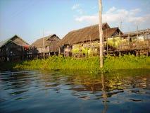 Een vissershuis bij de rivier in Birma stock fotografie