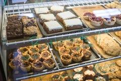 Een vitrinehoogtepunt van desserts en gebakjes royalty-vrije stock foto's