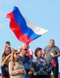 Een vlag van de staat van meisjesgolven Russische Stock Fotografie