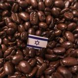 Een vlag van Israël over geroosterde koffiebonen die wordt geplaatst royalty-vrije stock afbeelding