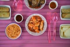 Een vlakte legt lijst plaatsend met schotels van voedsel met inbegrip van kippenrijst en onderdompelende saus stock foto