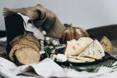 Een vlakte legt van uiterst kleine eieren met gebakken brood op modieus tafelkleed Een kop van melk is nabijgelegen, makend perfe stock fotografie