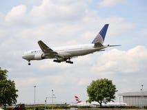 Een vliegend vliegtuig van United Airlines royalty-vrije stock foto's