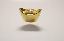 Een vliegende gouden baar Royalty-vrije Stock Foto's