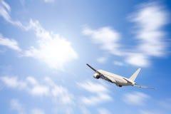Een vliegtuig dat in de blauwe hemel vliegt Royalty-vrije Stock Afbeeldingen